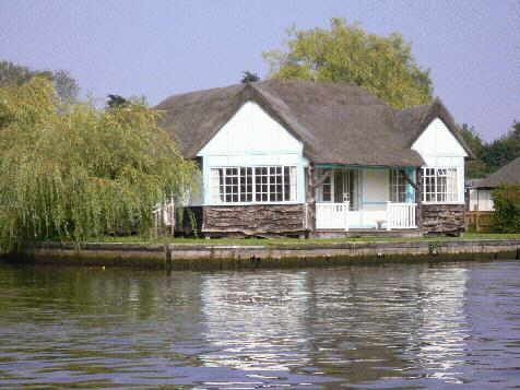 Norfolk Broads boating  c holidays UK | River boat hire | Le